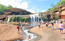 วันหยุดยาวนักท่องเที่ยวแห่เล่น 'น้ำตกถ้ำพระ' ชมความงามหุบเขาแอ่งกระทะ