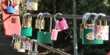 คู่รักคล้องแม่กุญแจขอรักเหนียวแน่นบน..สะพานแขวนลาวา บุรีรัมย์