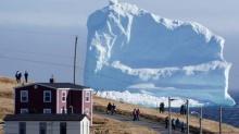 ตื่นตะลึง! นักท่องเที่ยวแห่ชม ภูเขาน้ำแข็งขนาดยักษ์ ในแคนาดา!